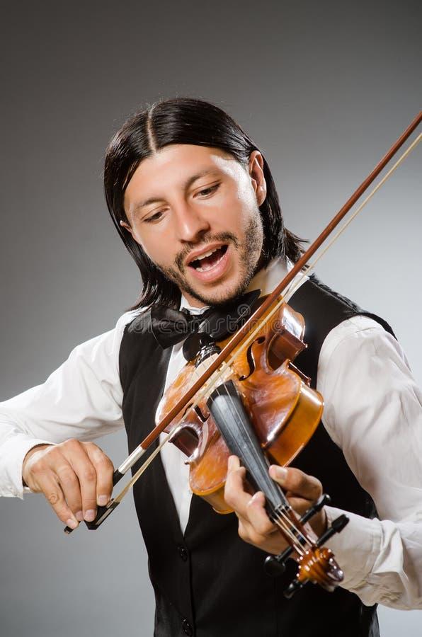 El músico toca el violoncelo en blanco fotografía de archivo