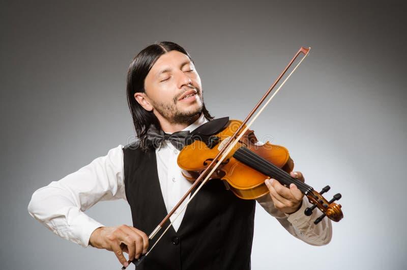 El músico toca el violoncelo en el blanco imagen de archivo libre de regalías