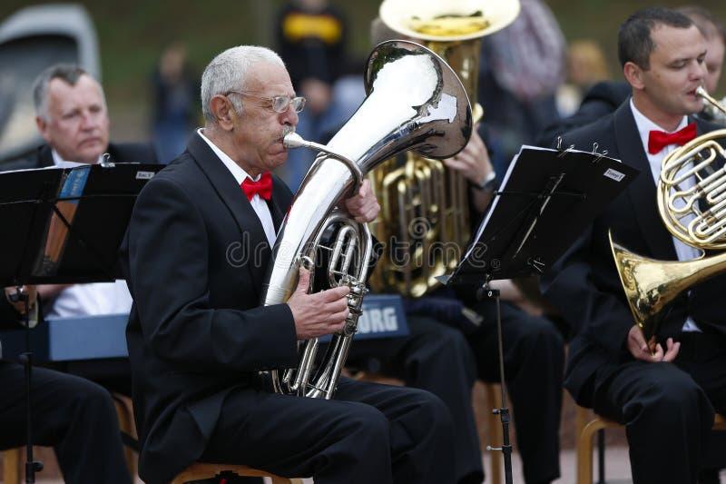 El músico toca la trompeta foto de archivo