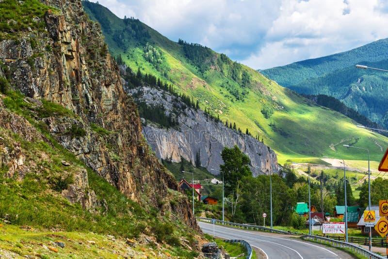 El macizo de la roca cerca del pueblo de Bely BOM Monta?a Altai imágenes de archivo libres de regalías