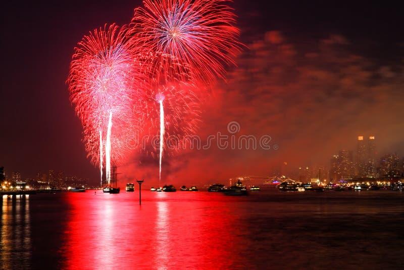 El Macy 4to de las visualizaciones de los fuegos artificiales de julio imagenes de archivo