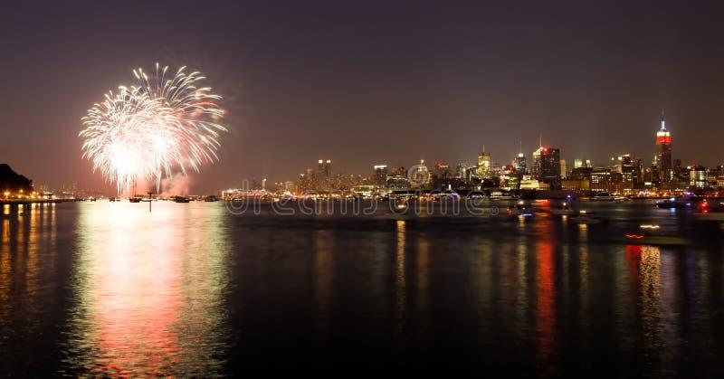 El Macy 4to de las visualizaciones de los fuegos artificiales de julio fotografía de archivo