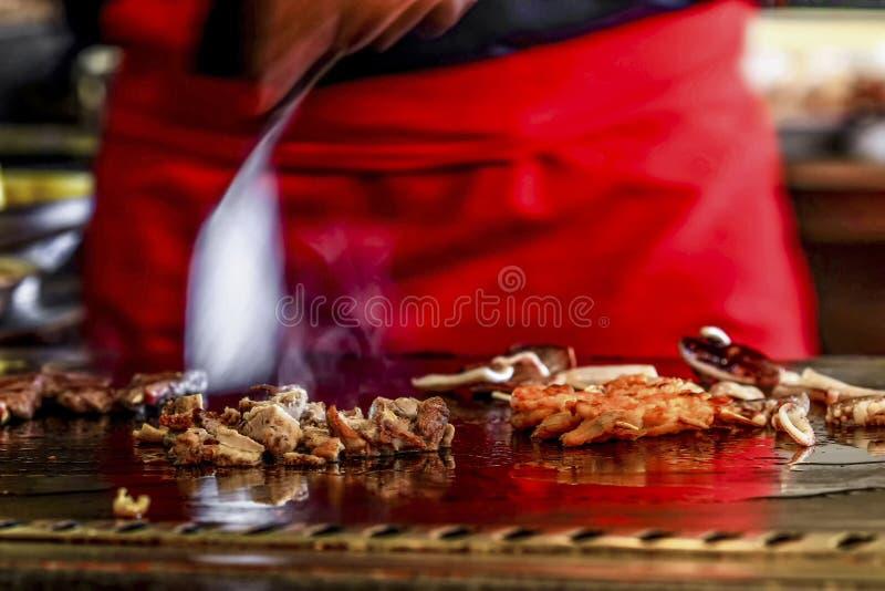 El maestro cocinero está preparando el sushi para los clientes imagen de archivo libre de regalías