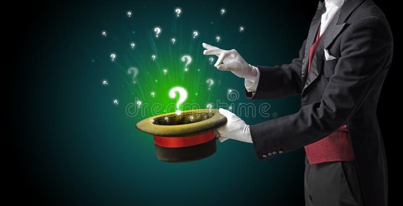 El mago conjura muestras de la pregunta de un cilindro imagenes de archivo