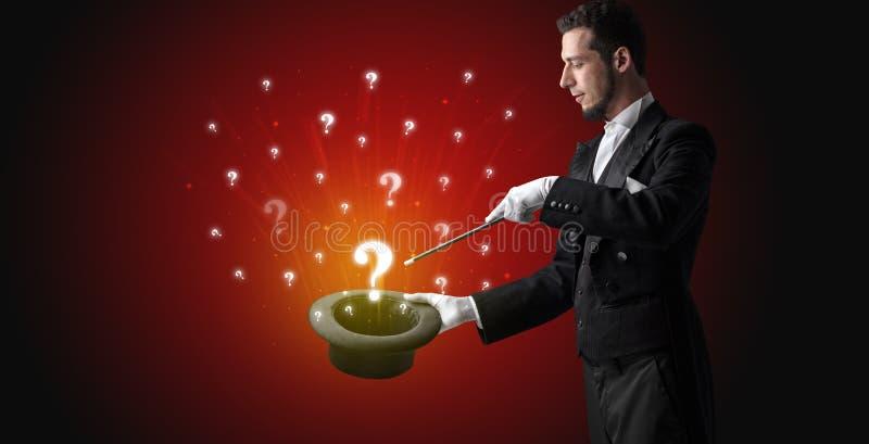 El mago conjura muestras de la pregunta de un cilindro foto de archivo