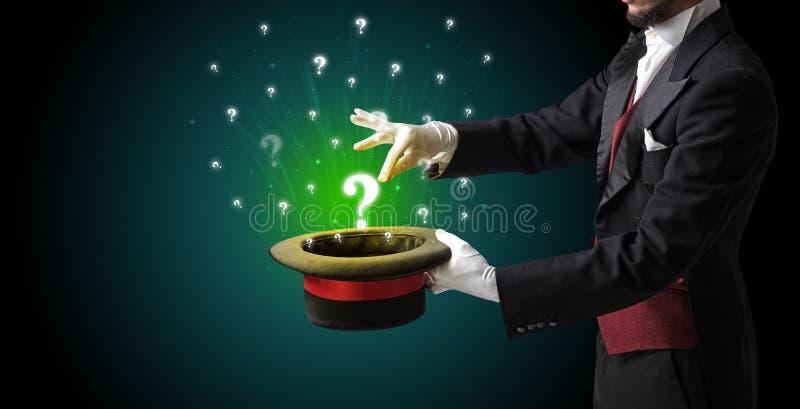 El mago conjura muestras de la pregunta de un cilindro fotografía de archivo