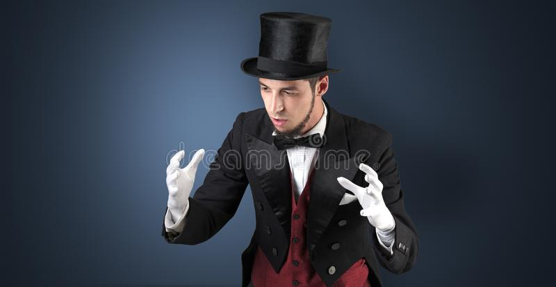 El mago lleva a cabo algo invisible foto de archivo