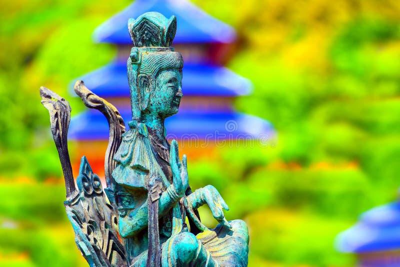 El maitreya del Bodhisattva, asentó la cruz legged en la posición del mudra del abhaya con el fondo natural colorido foto de archivo libre de regalías