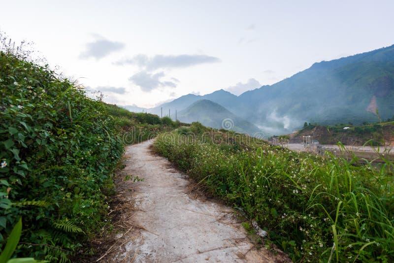 El majestuoso paisaje con hermosas montañas, arroyo y campo de arroz parte 4 imágenes de archivo libres de regalías