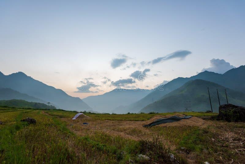 El majestuoso paisaje con hermosas montañas, arroyo y campo de arroz parte 3 fotos de archivo