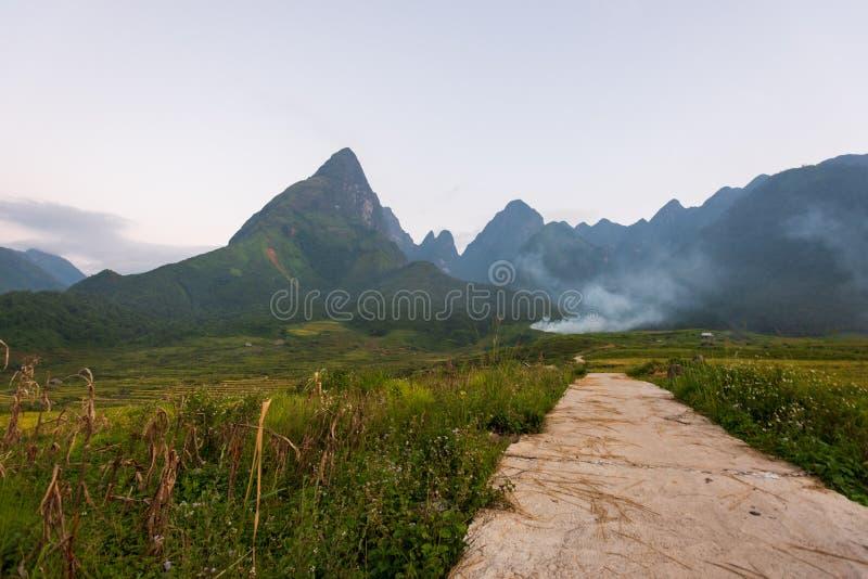 El majestuoso paisaje con hermosos campos montañosos, arroyos y arrozales foto de archivo libre de regalías