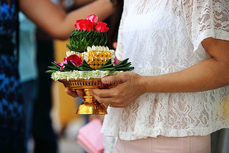 El makk de Khan o la bandeja de regalos se sostiene en las manos de la mujer en ceremonia de boda tradicional tailandesa imagen de archivo libre de regalías