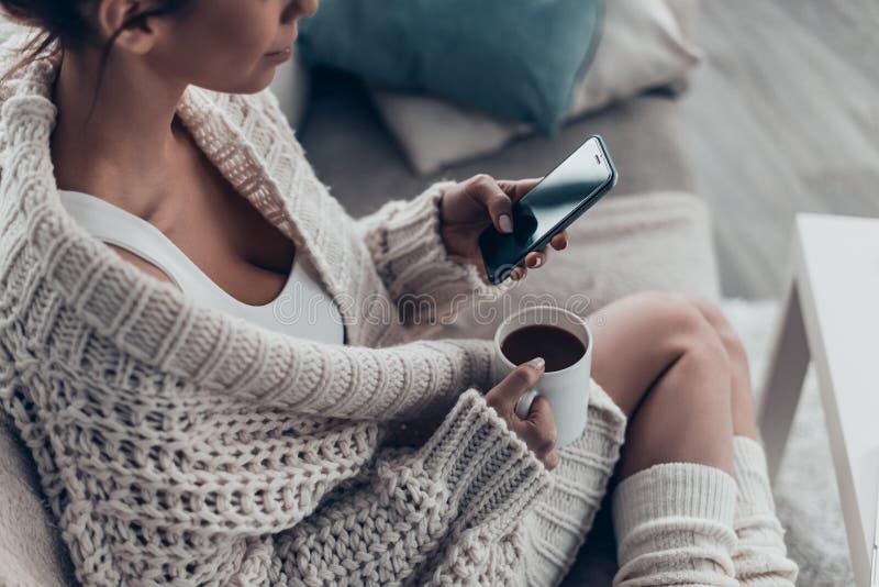 El mandar un SMS al novio foto de archivo libre de regalías