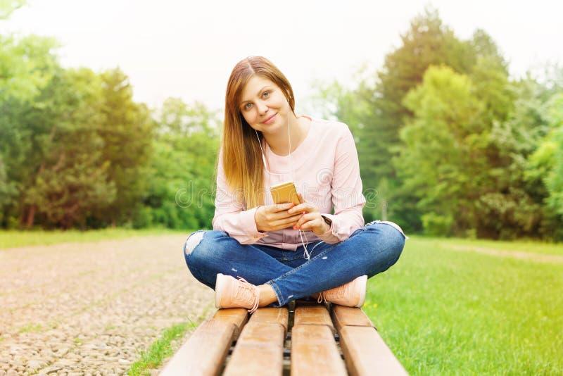 El mandar un SMS de la mujer joven fotografía de archivo