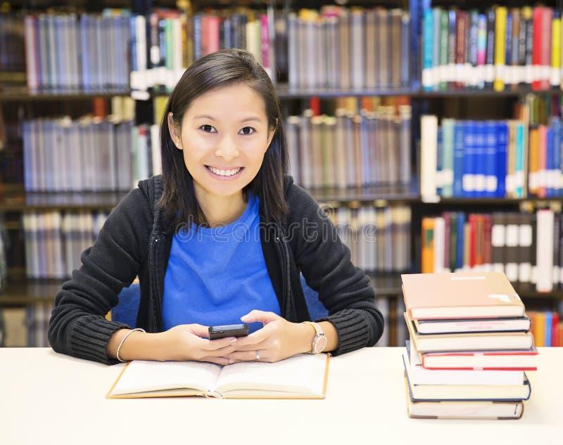 El mandar un SMS del estudiante imágenes de archivo libres de regalías