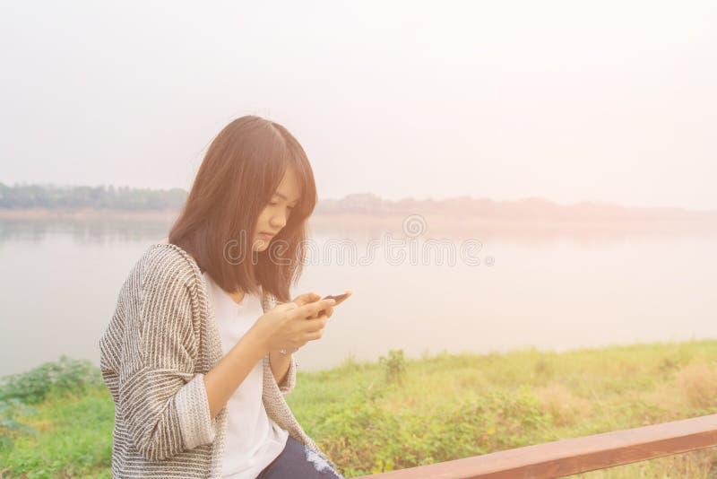 El mandar un SMS que habla de la mujer seria infeliz escéptica triste trastornada del retrato del primer en el teléfono imagen de archivo