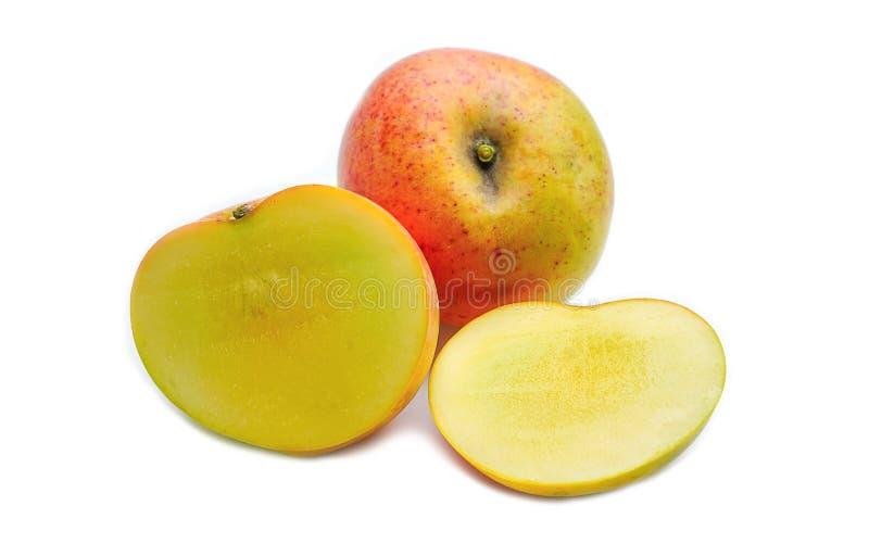 El mango R2E2 con las secciones da fruto comida en el fondo blanco fotografía de archivo