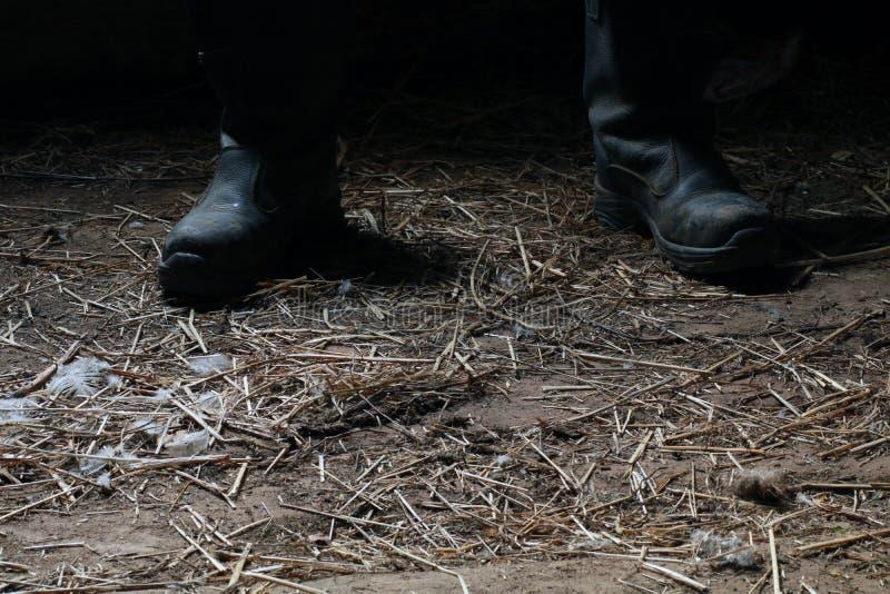 El maniaco en botas negras en la vertiente foto de archivo libre de regalías
