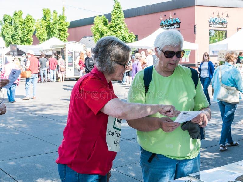 El manifestante anti-fracking comparte la información con el ciudadano en el Co imagen de archivo