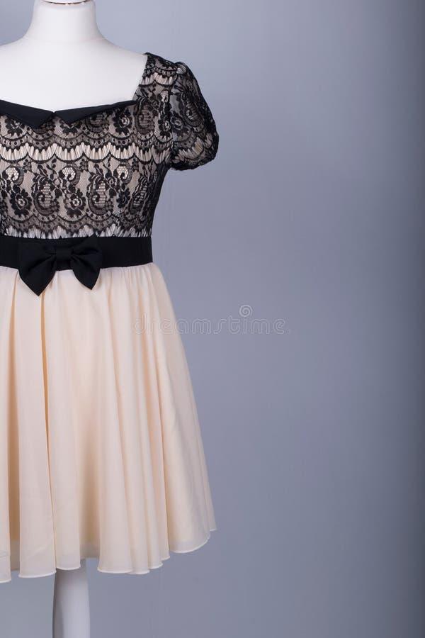 El maniquí de los sastres se vistió en un vestido beige y negro del cordón foto de archivo libre de regalías