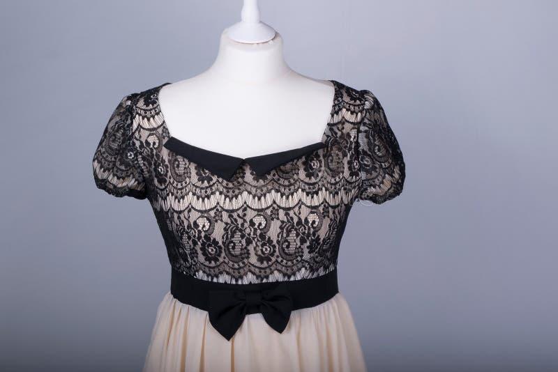 El maniquí de los sastres se vistió en un vestido beige y negro del cordón imagenes de archivo