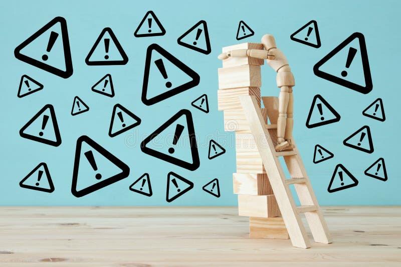 el maniquí de madera sube caer peligroso inestable de la estructura y de los riesgos imagen de archivo libre de regalías