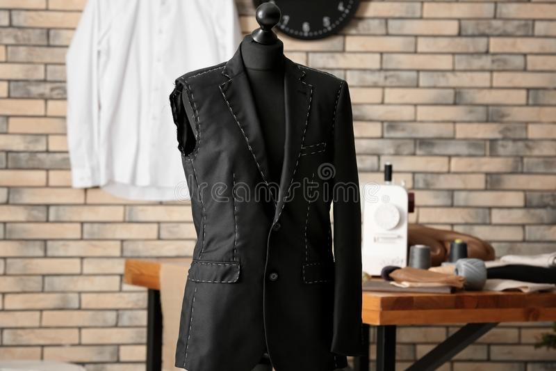 El maniquí del sastre con la chaqueta a medio terminar en taller foto de archivo libre de regalías