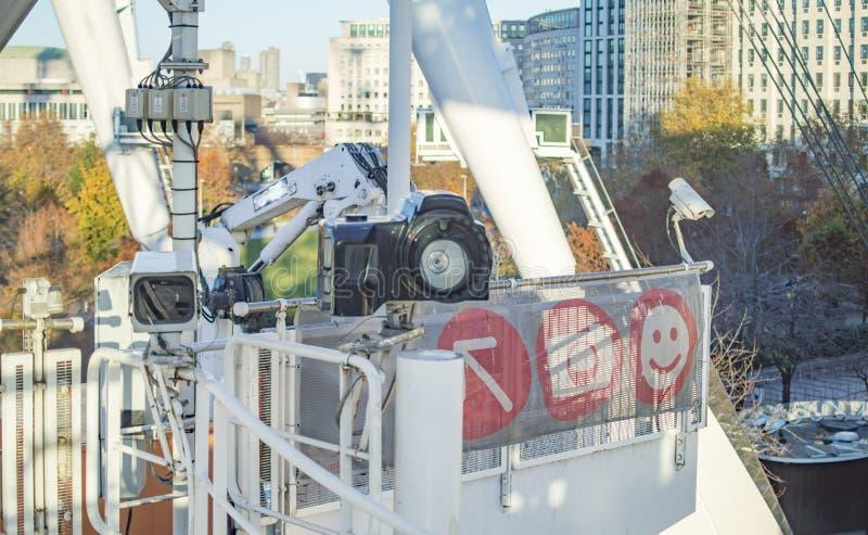 El maniquí y una cámara grande de la fotografía de DSLR montados en la estructura del ojo de Londres foto de archivo libre de regalías