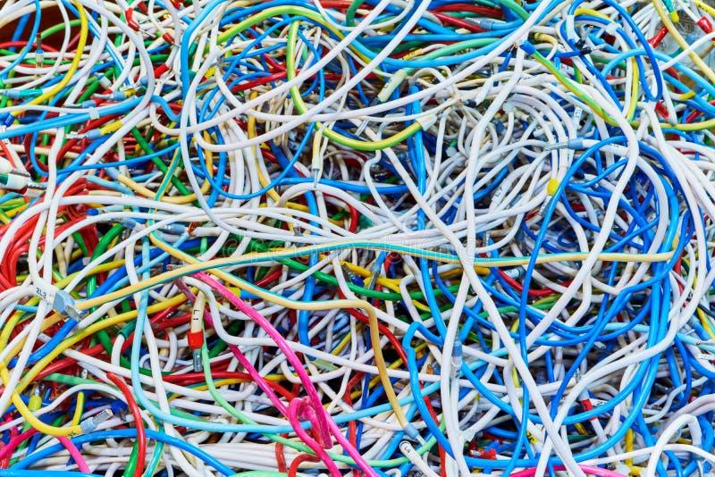 El manojo de alambres eléctricos o los cables se enreda fuertemente juntos imágenes de archivo libres de regalías