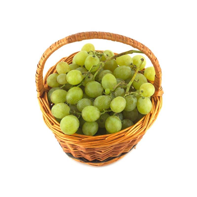 El manojo de la uva en cesta de mimbre aisló cerca para arriba fotografía de archivo libre de regalías