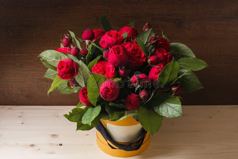 El manojo rico de eustoma y de rosas rosados florece, ramo fresco disponible de la primavera de la hoja verde Fondo del verano co fotos de archivo libres de regalías