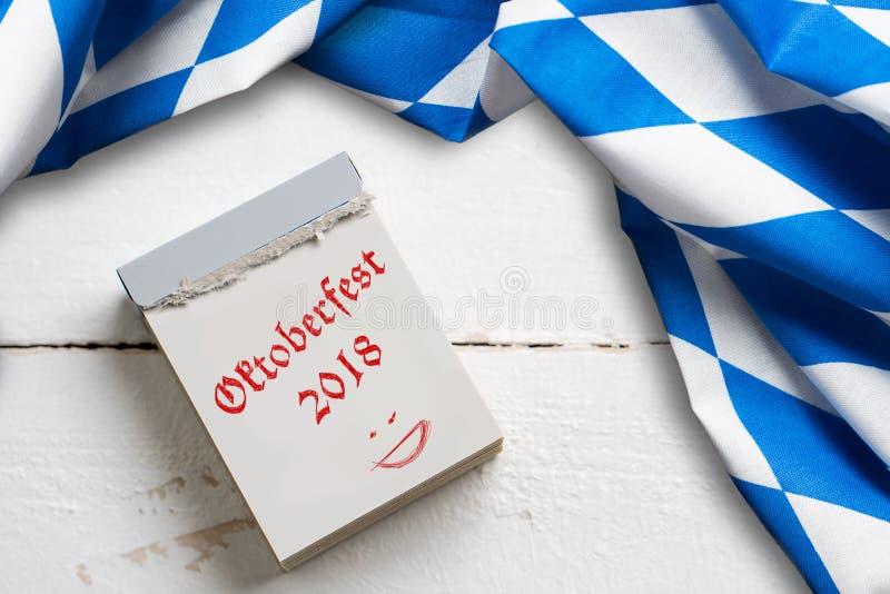 El mantel bávaro en fondo de madera y rasga el calendario con el ` de Oktoberfest del ` del lema 2018 imagen de archivo libre de regalías