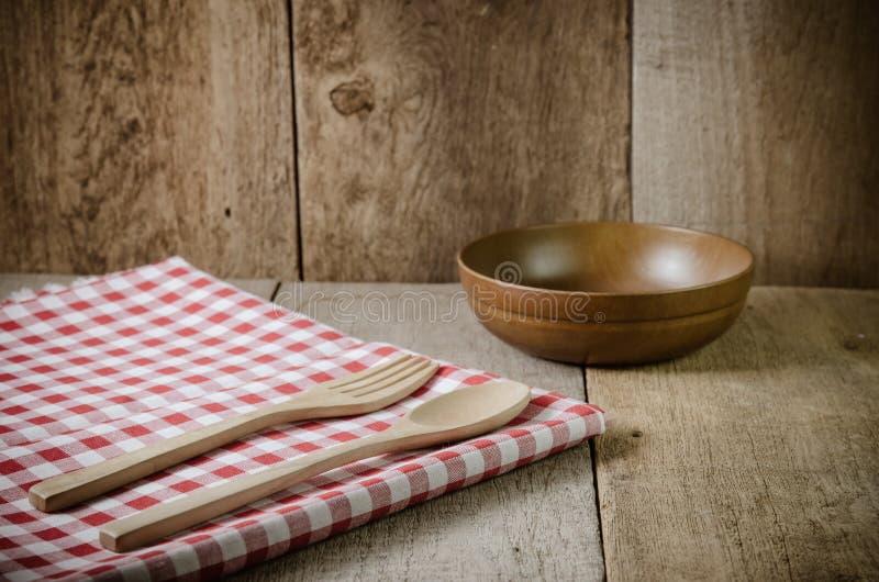 El mantel, cuchara de madera, bifurcación en la madera texturizó el fondo imágenes de archivo libres de regalías