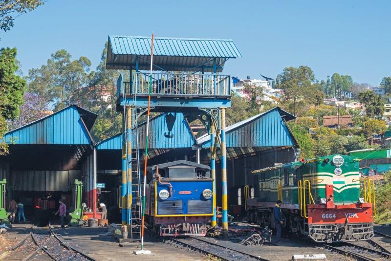 El mantenimiento vertió para las locomotoras en una línea ferroviaria india fotos de archivo