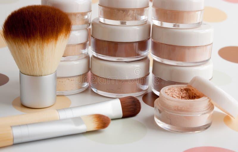 El maquillaje, cepillos, polvo, se ruboriza imagen de archivo libre de regalías