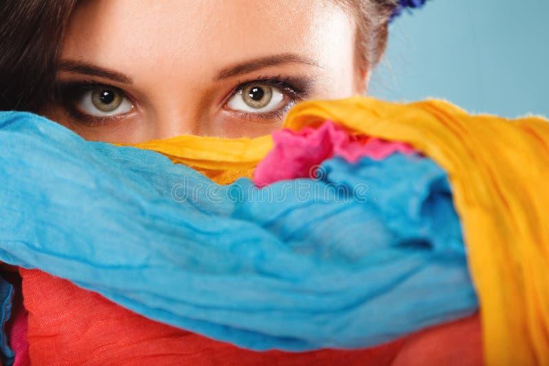 El maquillaje de la mujer en ojos hiden su cara con el mantón imagen de archivo libre de regalías