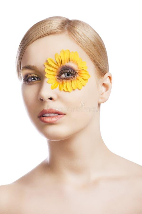 El maquillaje floral, ella mira adentro a la lente foto de archivo