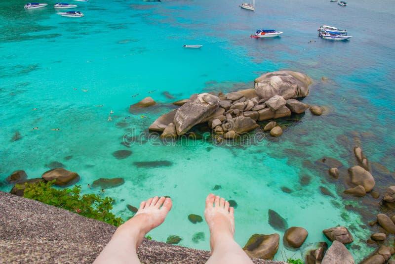 El mar agita la opinión de las piedras desde arriba foto de archivo
