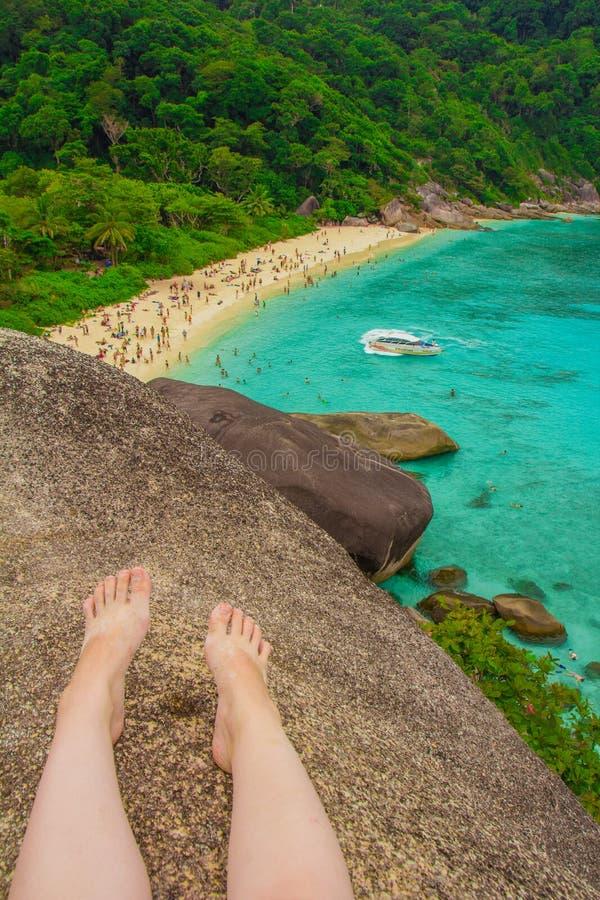 El mar agita la opinión de las piedras desde arriba fotografía de archivo libre de regalías