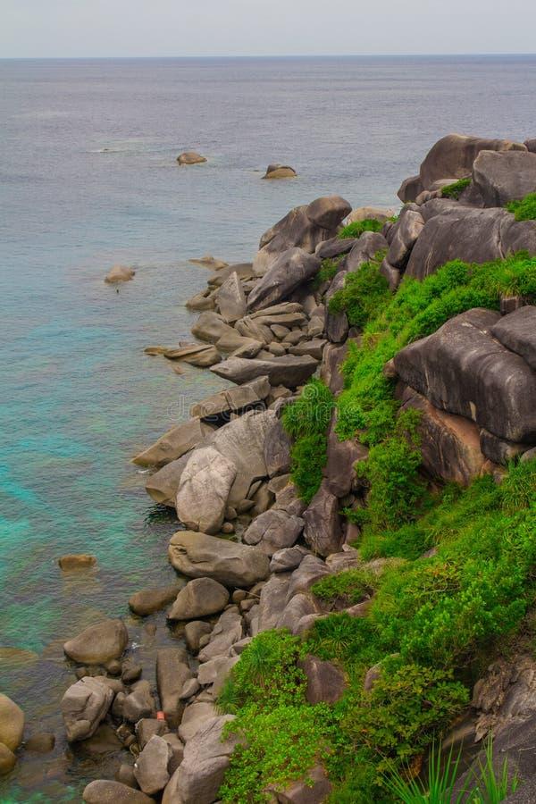 El mar agita piedras imagenes de archivo