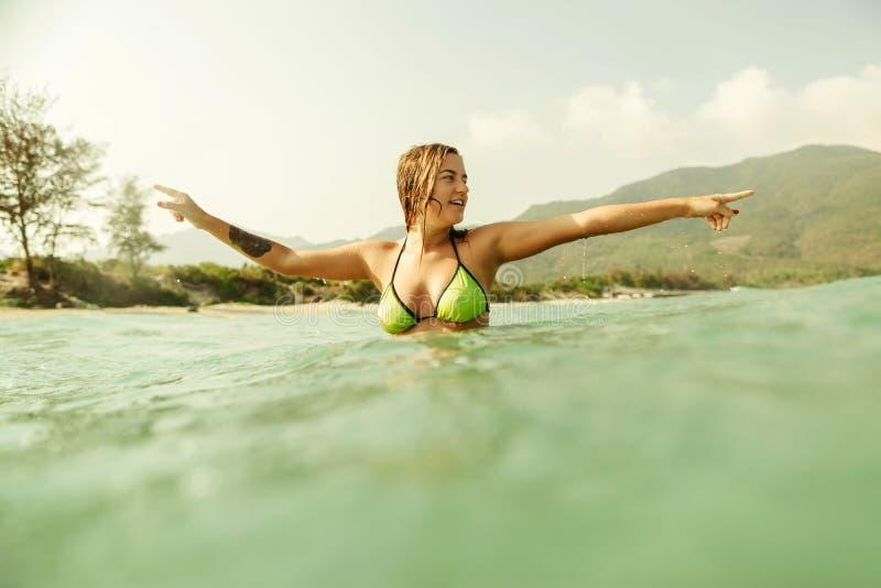 El mar atractivo de la nadada de la muchacha del bikini agita tono del vintage imagen de archivo libre de regalías