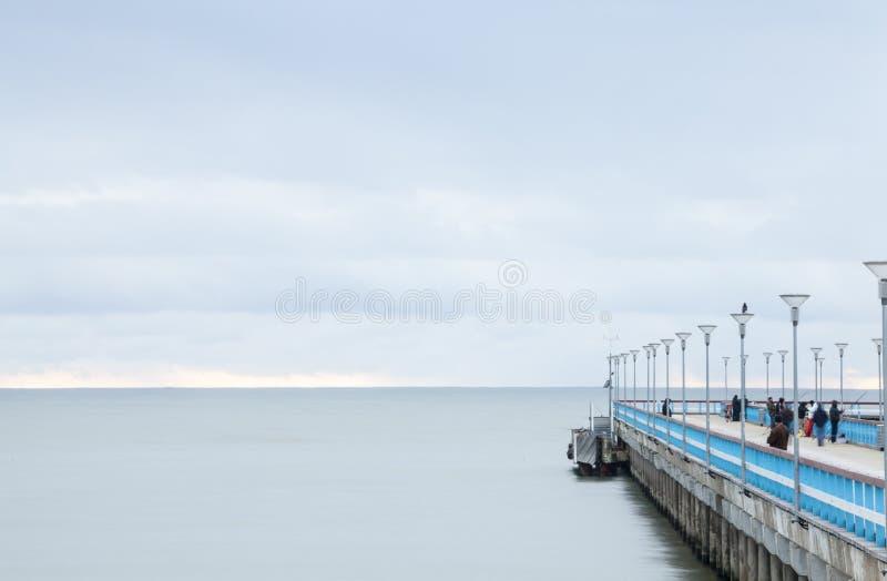 El mar Báltico y un embarcadero imagenes de archivo