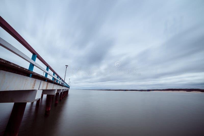 El mar Báltico y un embarcadero fotografía de archivo