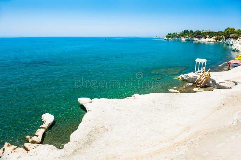 El mar blanco del acantilado y de la turquesa en el gobernador del ` vara el ` cerca de Limassol, Chipre fotos de archivo libres de regalías