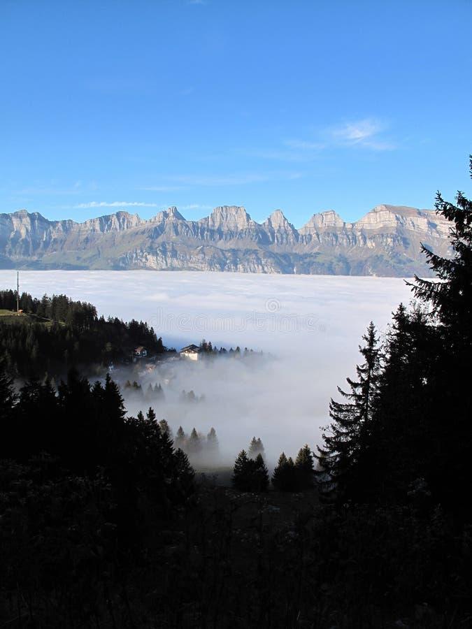 El mar de la niebla sobre flumserberg con vistas a churfirsten foto de archivo