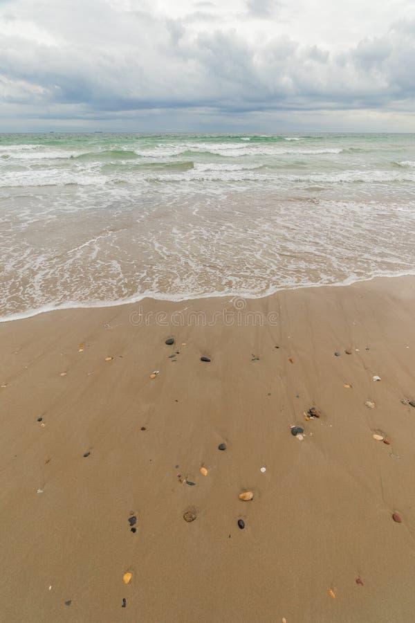 El mar de la playa debajo de un cielo de la tormenta imagen de archivo