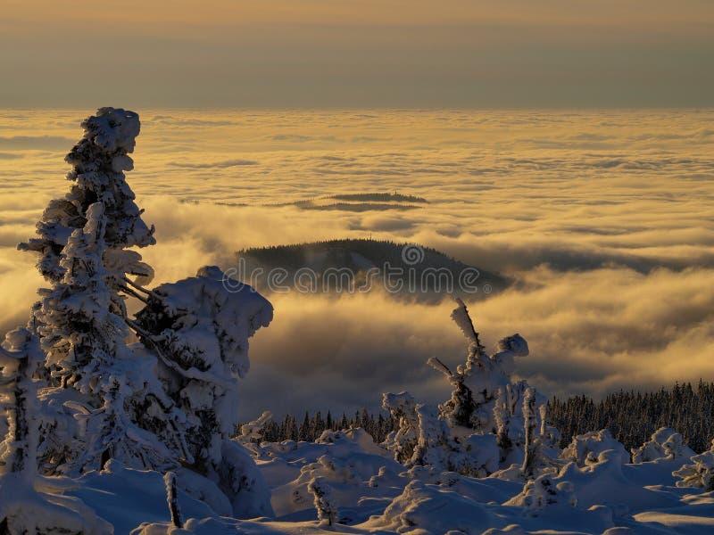 El mar de nubes en las montañas gigantes/Karkonosze imagen de archivo libre de regalías