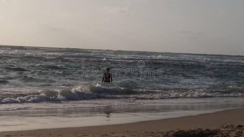 El mar de Oriente Medio en puesta del sol fotografía de archivo