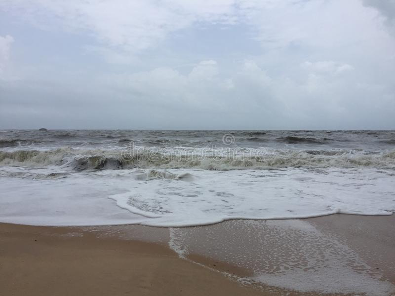 El mar de rugido y espumoso agita en la playa de Kundapura imagenes de archivo
