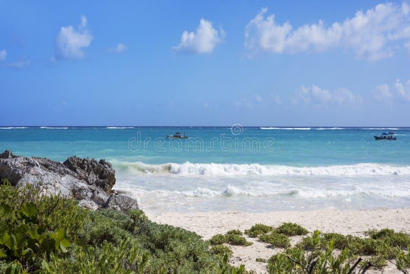 El mar del Caribe y la arena blanca varan en Tulum, Yucatán Peninsu imágenes de archivo libres de regalías
